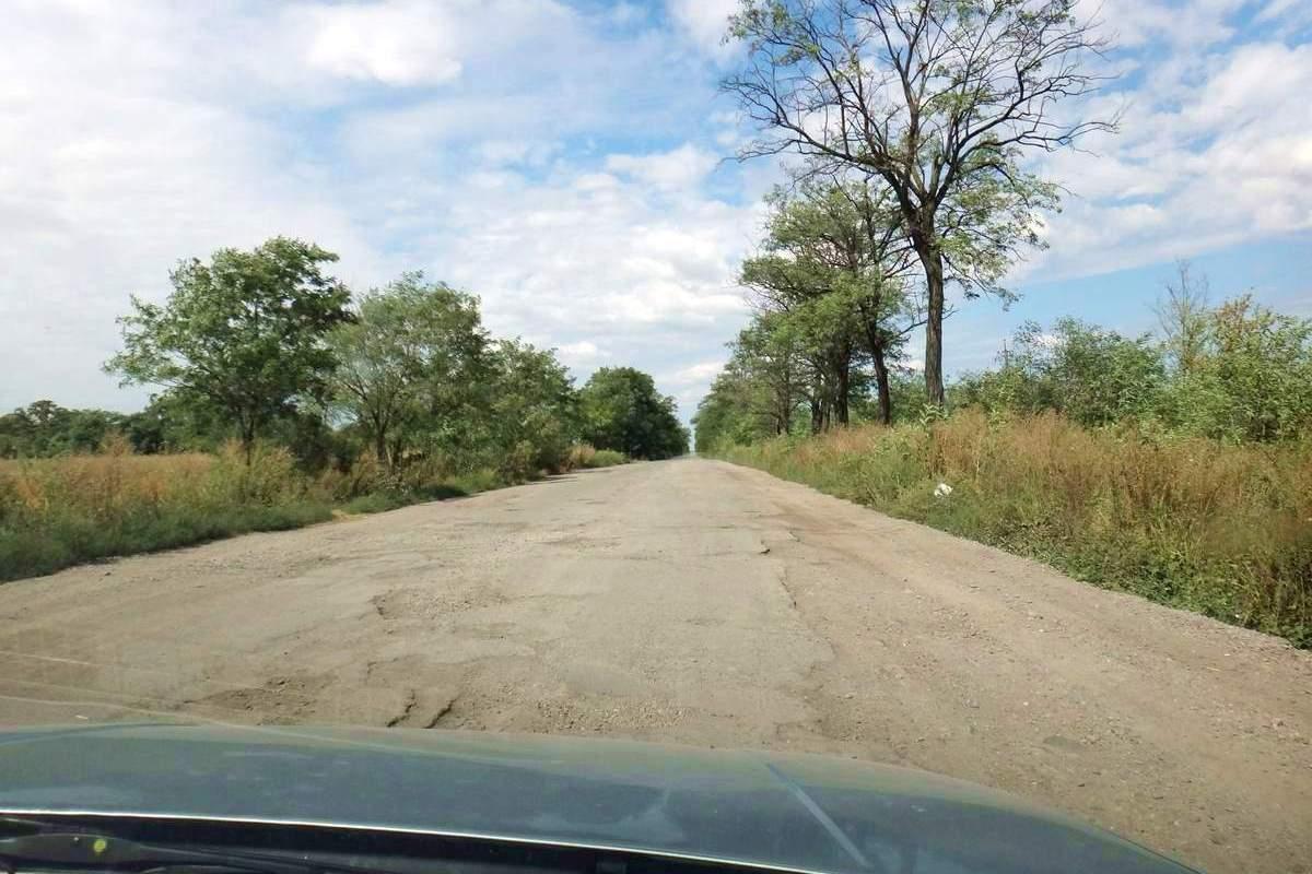 Battered road near Pyiterfolvo, Ukraine