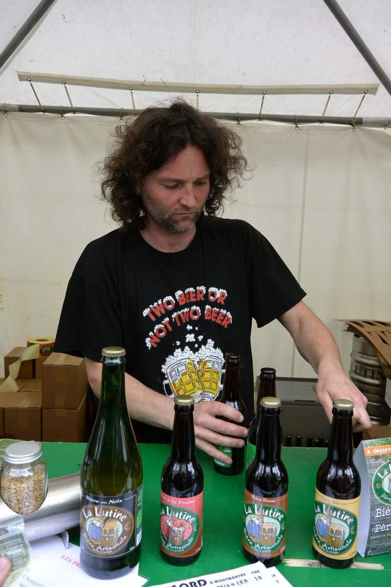 Beer vendor at the Sacre-Coeur market, Paris